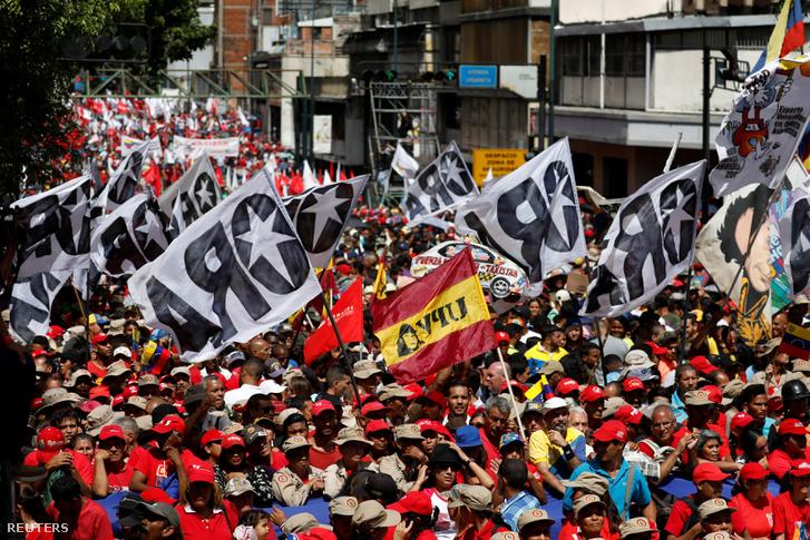 A Nicolás Maduro venezuelai államfőt támogató menet résztvevői Caracasban 2018. augusztus 6-án, két nappal a Maduro elleni dróntámadás után. A támadásban az elnök és az ország felső vezetésének tagjai sértetlenek maradtak.