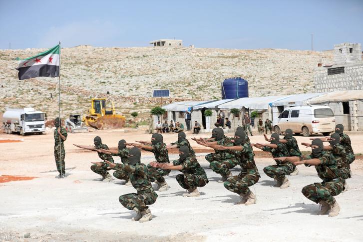 A törökök által támogatott Szabad Szíriai Hadsereg katonái gyakorlatoznak egy Idlib város melletti támaszponton.