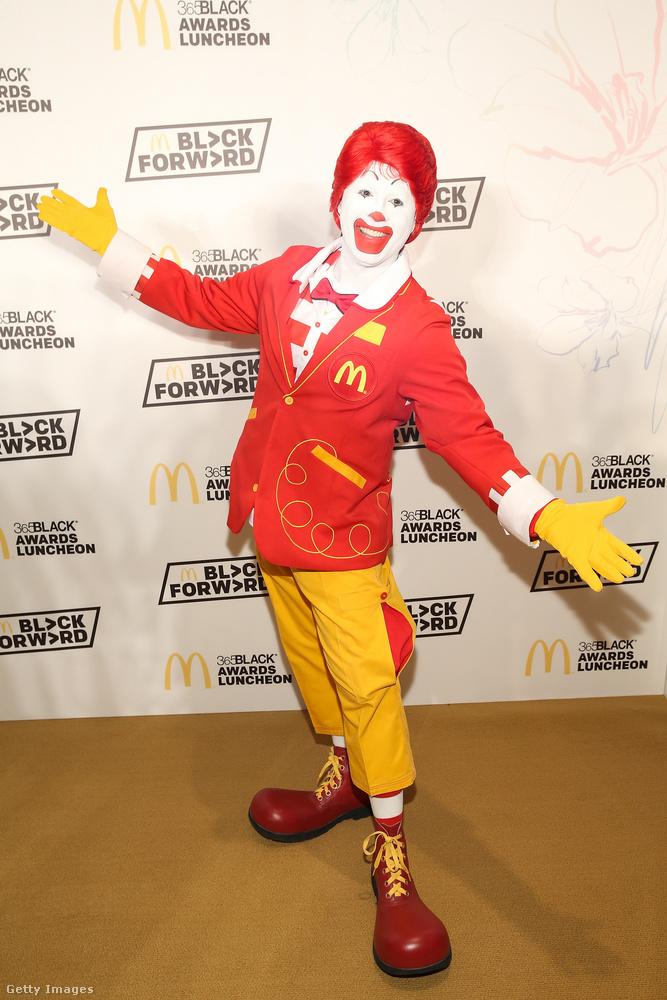 Ez a férfi Ronald McDonald gyorskaja-népszerűsítő szakmunkás.