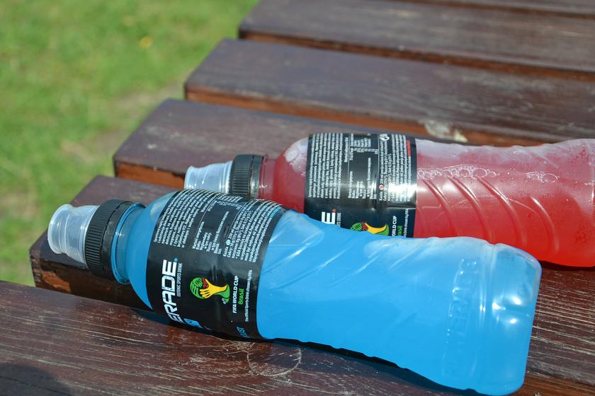 A legfontosabb a hidratálás: a vízen felül az izotóniás sportitalok is jó szolgálatot tesznek, mivel pótolják az elvesztett elektrolitokat, és hatékonyan hidratálnak.