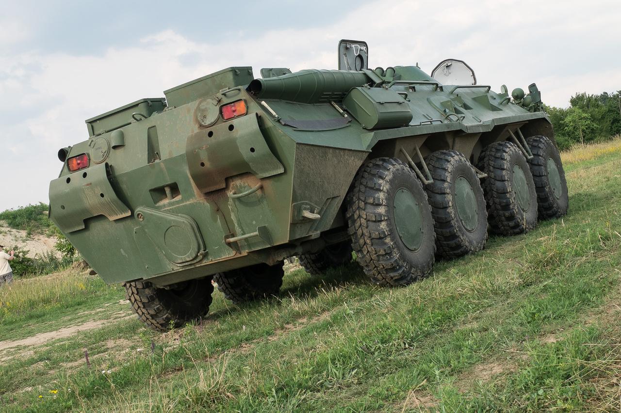 Elődje, a két, sokkal gyengébb motorral szerelt BTR-70 is majdnem így nézett ki, a 80-ast az extrém magasra helyezett kipufogóról lehet megismerni. Lent, középtájt a hajócsavar fedele látszik.