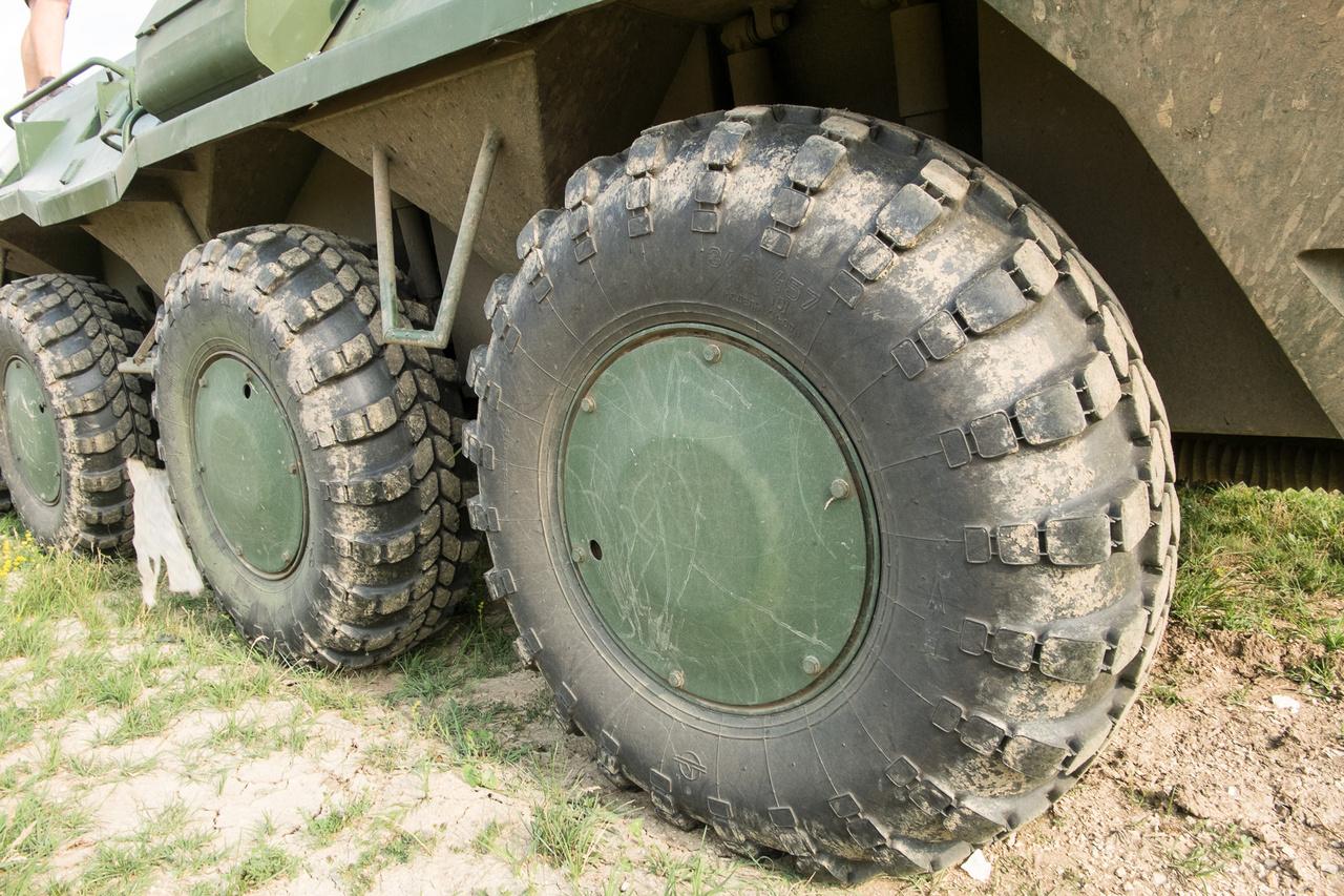 Úgy tervezték, hogy akkor is simán folytatni tudja az útját, ha két kerekét kilövik. A gumik ugyan önfelfújóak, de csak azért ilyenek, hogy a különféle terepekhez hozzá lehessen passzintani őket - laza talajon akár 0,3 barra is leengedik őket. De ha kilövik a gumit, és nem csak apró lyuk keletkezik rajta, az ellen a BTR se tud mit tenni.