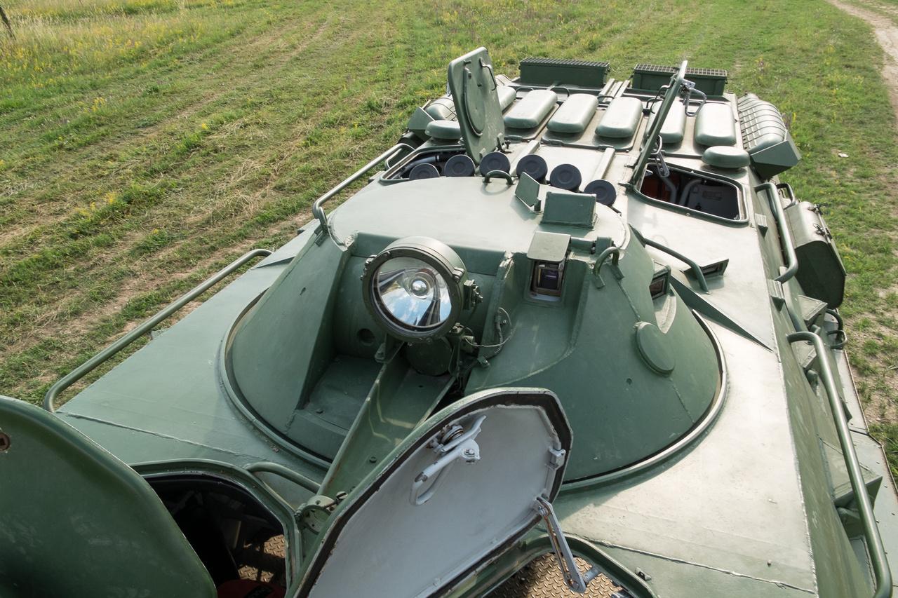 Ez a kerek a kis lövegtornyos BTR, ezekben a 14,5 mmes KPVT gépágyú van. A nagy, szögletes lövegtornyosokban 23-as kaliber is van már. A hat, hátrafelé néző bödön a füstvető - ezek a 81 mm-es készülékek szélcsendben 30 méter széles és 10 méter magas füstfüggönyt tudnak létrehozni a kocsi mögött.