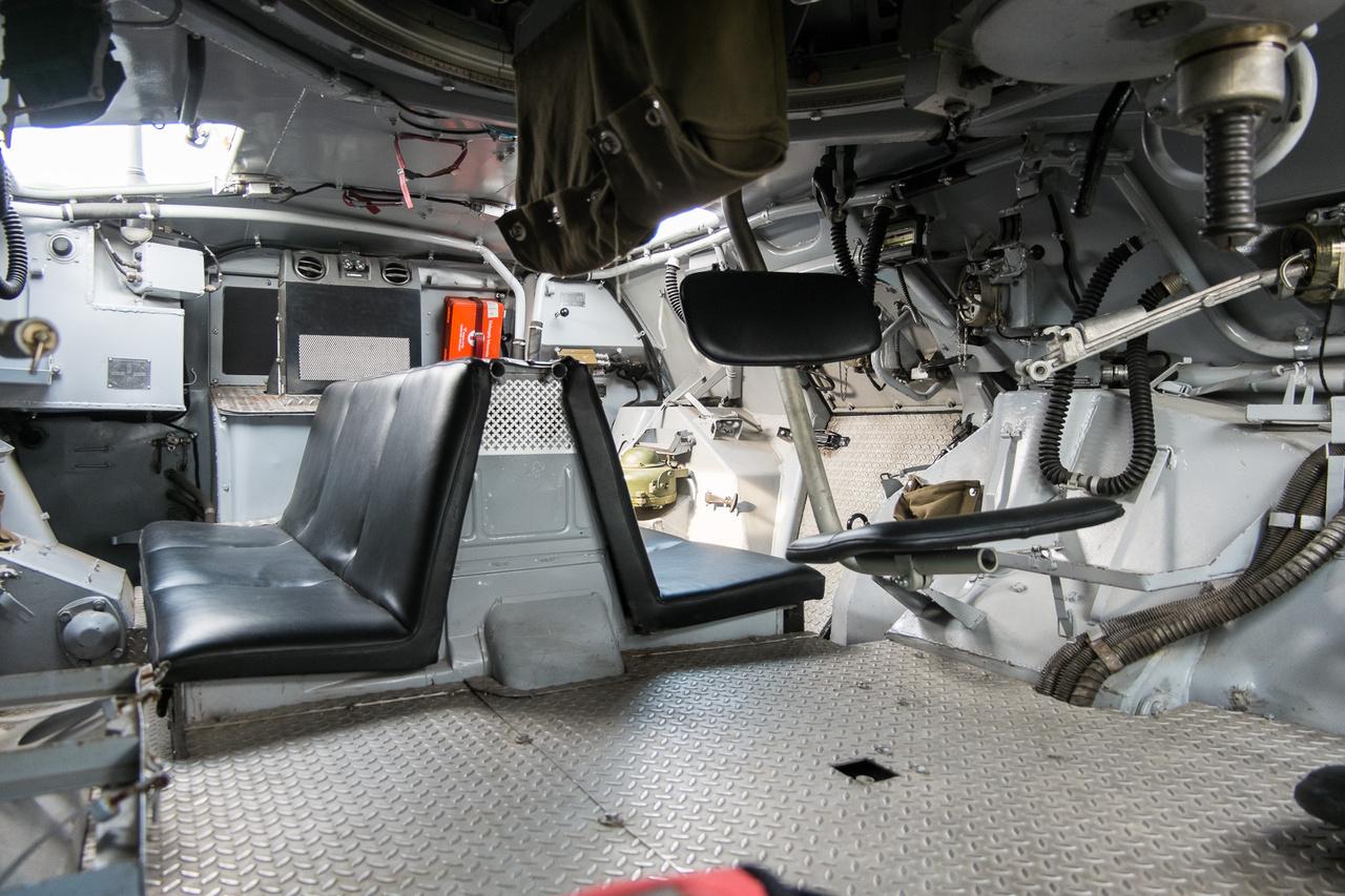 Ez a sílift-szerű ülőke a lövész helye. Innen kezeli a 14,5-ös nehézgépfegyvert. A lövegcső a lövegtoronnyal 360 fokban körbe, 60 fokban felfelé és -4 fokban lefelé forgatható, ezért legfeljebb csak úgy van a lövései ellen védelem, ha közvetlenül rátapadunk a kocsira kívülről, vagy majdnem pontosan fölötte vagyunk.
