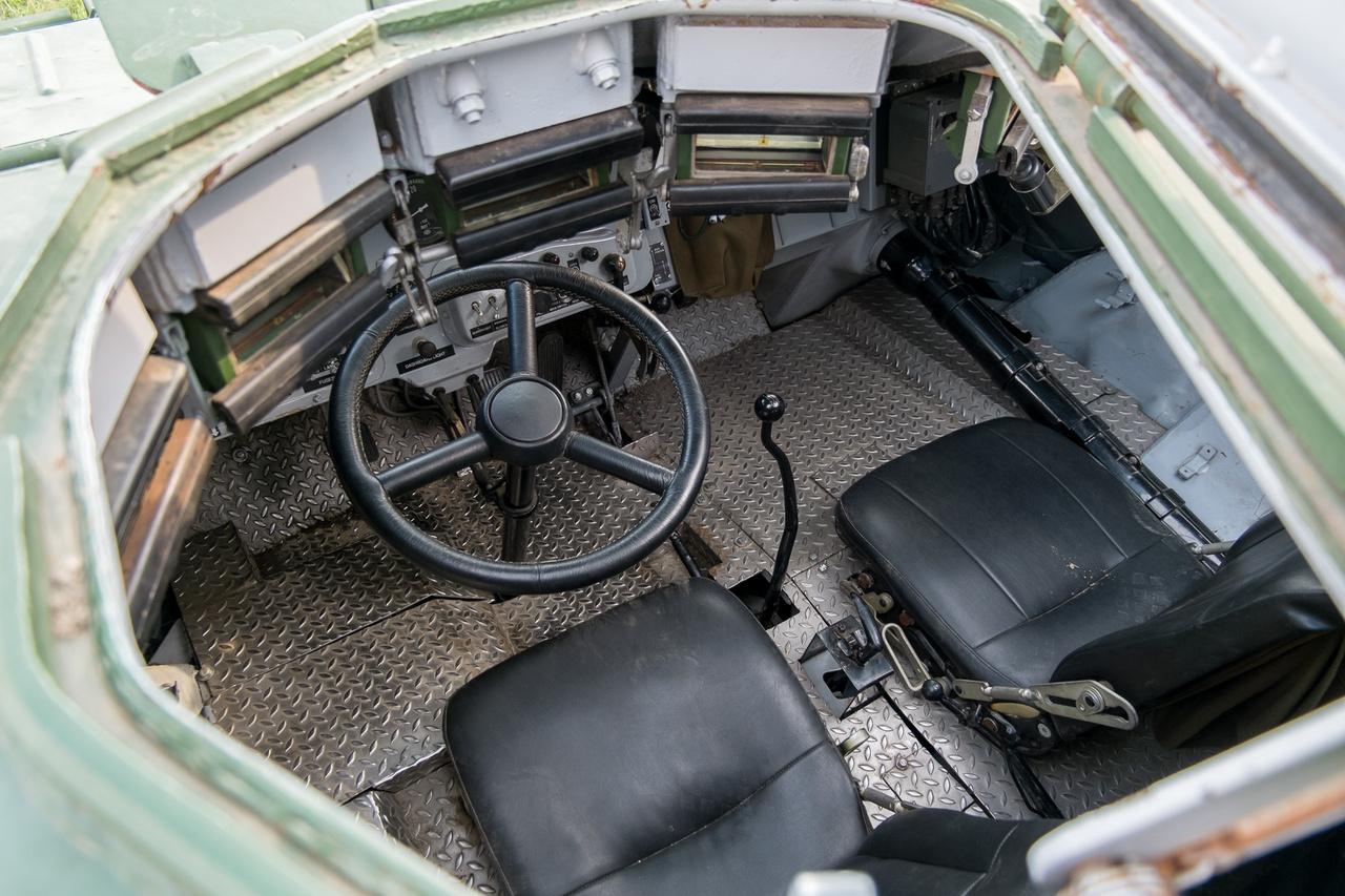 Csapóajtó, polgári nevén vezetőajtó. Felülről mászik be az ember. Mivel a BTR alapvetően autó, ezért teljesen autószerű kezelőszervei vannak - kormány, váltó, kuplung-, gáz-, fékpedál.