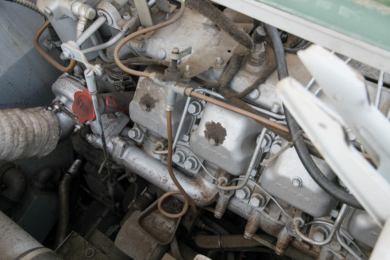 A motor a Kamaz 10 850 köbcentis, feltöltött, V8-as dízele. Kéttárcsás, száraz kuplungon át tekeri a felezős, alapból 5+R fokozatú váltót. 260 lóerőt tud, a forgatónyomatéka pedig kamionnyi 785 newtonméter. Ja, naná, hiszen a motor éppen arra készült.