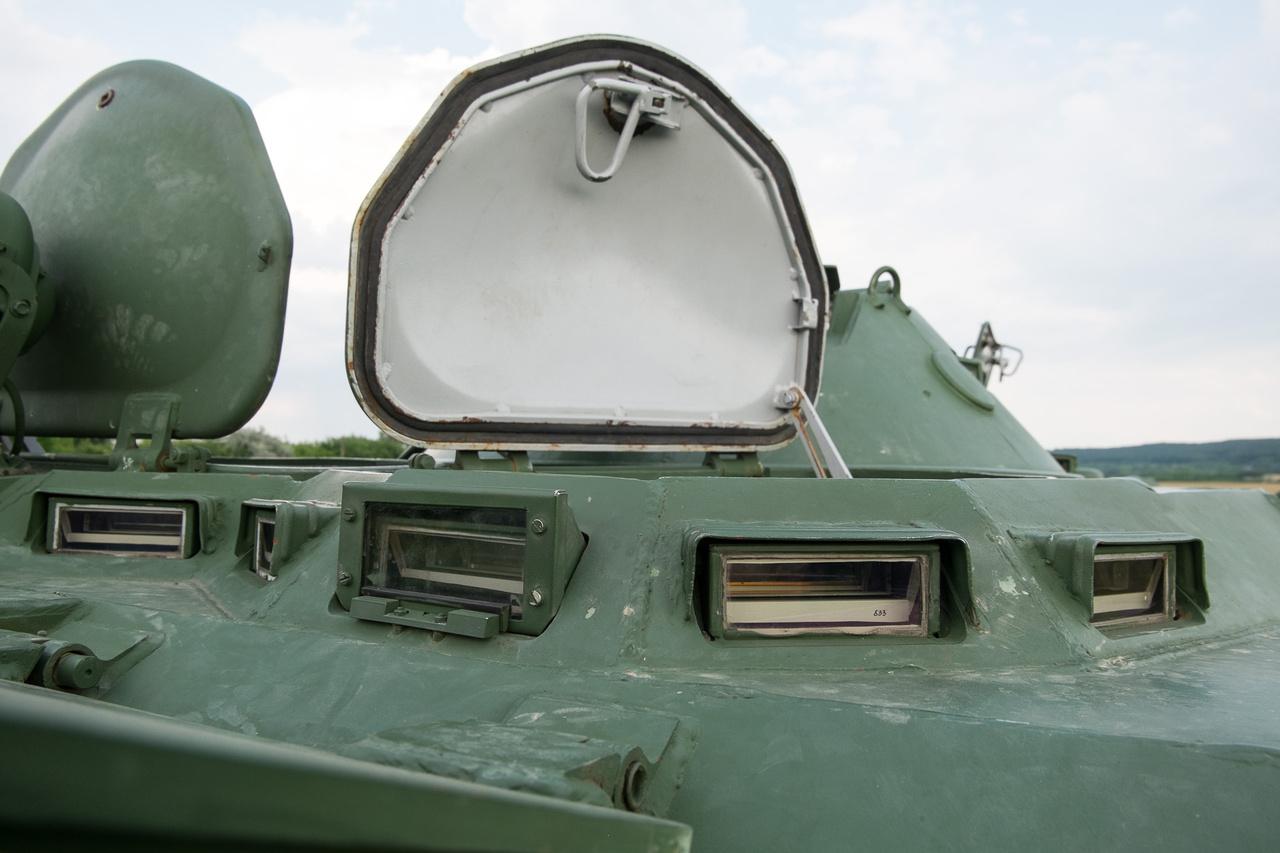 Panorámakilátó. Majdnem. Ezeken a többcentis golyóálló üvegeken lehet kinézni, vezetni, tereptárgyakat véletlenül nem eltaposni bevetésen, amikor a két, nagyobbacska szélvédő előtt be kell csukni a lemezfedeleket. Nem lehetnek nagyobbak, mert a BTR-80 tervezés szerint szemből 100 oldalról 750 méternyiről leadott könnyű tűzerő ellen garantáltan védett.