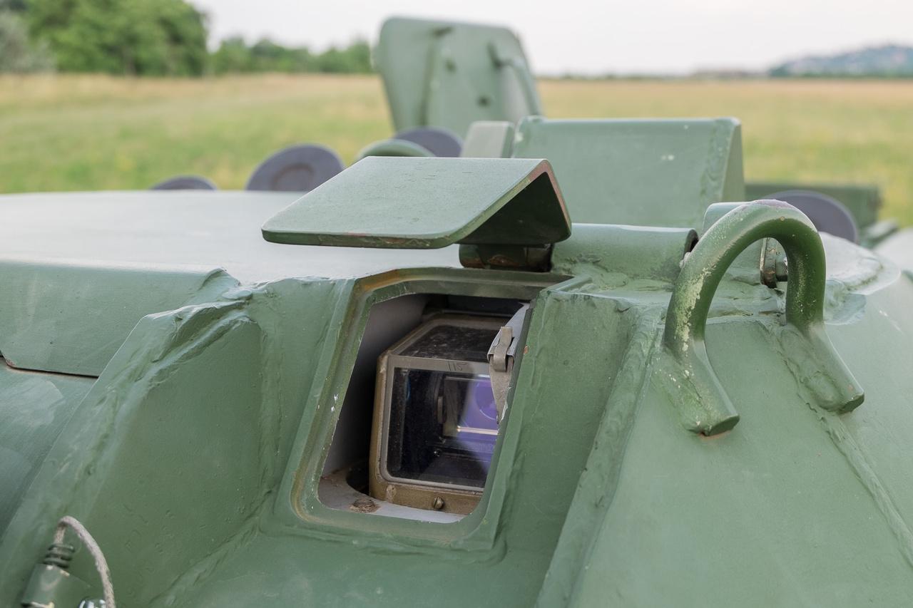 Még a távcső optikáját is golyóálló üveg védi.