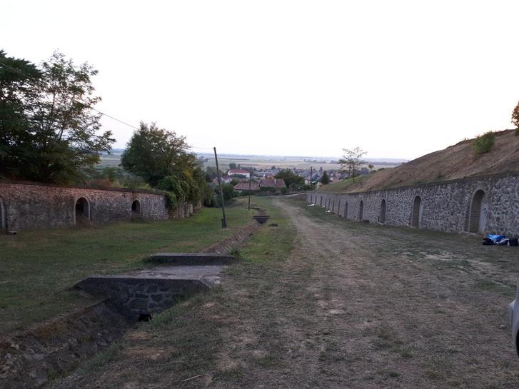 Álpincék az árok két oldalán: jobbra a temető, balra a lejtő