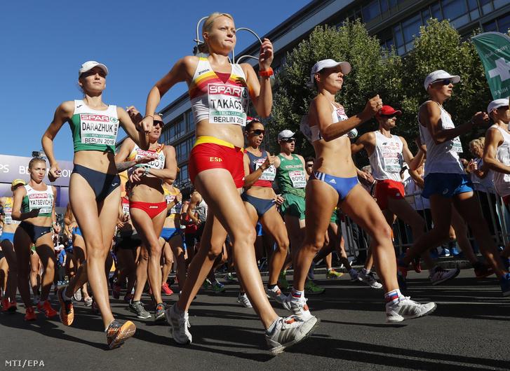 A magyar származású spanyol Takács Júlia (k) a nők és a férfiak 50 km-es gyaloglásának rajtja után a berlini atlétikai Európa-bajnokságon 2018. augusztus 7-én.