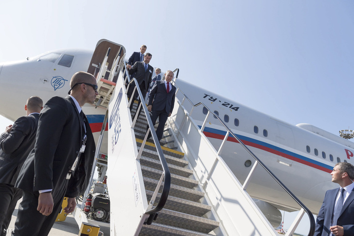 Vlagyimir Putyin orosz elnök (k) érkezik a Liszt Ferenc-repülőtérre 2017. augusztus 28-án.