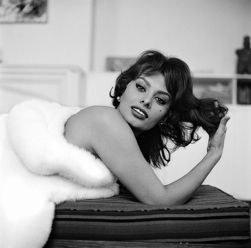 Sophia Loren karrierje során számtalan alkalommal vállalt szexibb, merészebb fotózásokat. Ezen a felvételen csupán 25 esztendős volt.