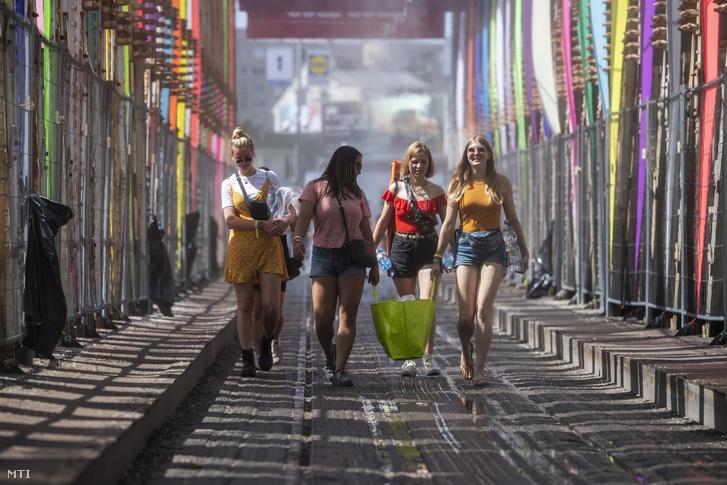 Fesztiválozók érkeznek az óbudai Hajógyári-szigetre a K-hídon keresztül a 26. Sziget fesztiválra 2018. augusztus 6-án. MTI Fotó: Mónus Márton