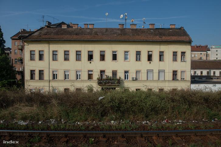 Összefüggő szemétcsík szegélyezi a síneket a Zugló Vasútállomás peronja mentén.
