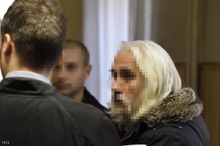 A gyilkossággal vádolt férfi Szegedi Járásbíróság folyosóján várakozik 2017. december 22-én.