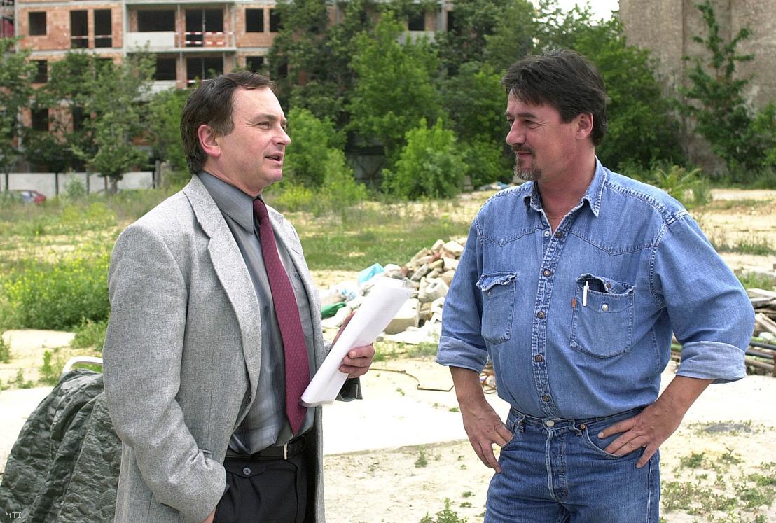 Schlecht Csaba (j) és ügyvédje Futó Barnabás (b) egy rendőrségi kihallgatás után 2001. június 14-én