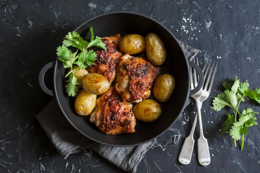 Szuperkönnyű, serpenyős csirke krumplival sütve: omlós, szaftos, ropogós