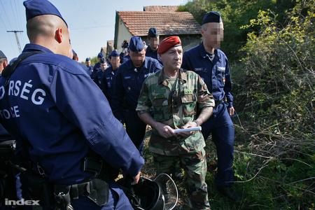 A rendőrök elvezetik Eszes Tamást, a magát Véderőnek nevező szervezet országos megbízott parancsnokát (Fotó: Huszti István)