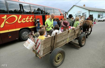 Férfiak gyermekeket visznek haza egy lovaskocsival, amint visszaérkezik Gyöngyöspatára a csillebérci táborból azoknak a roma asszonyoknak és gyerekeknek az első csoportja, akik április 22-én hagyták el a települést