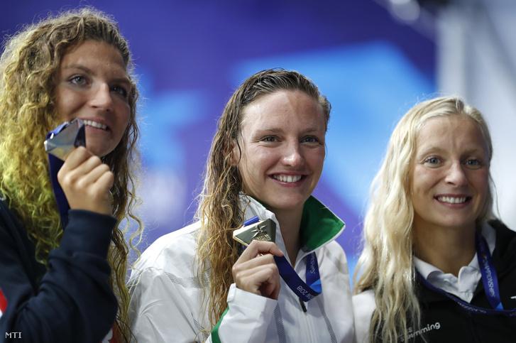 Az ezüstérmes olasz Ilaria Gusiano az aranyérmes Hosszú Katinka és a bronzérmes svájci Maria Ugolkova (b-j) a glasgow-i úszó Európa-bajnokság nõi 200 méteres vegyesúszásának eredményhirdetésén 2018. augusztus 8-án.