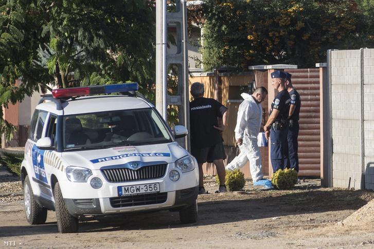 Rendőrök helyszínelnek a gyilkosság helyszínén Nyíregyházán 2016. augusztus 31-én.