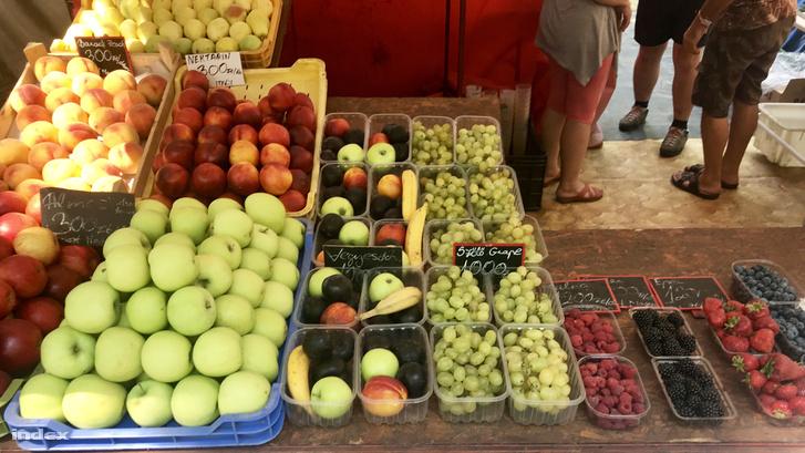 A banán, alma, barack darabja 300 forint