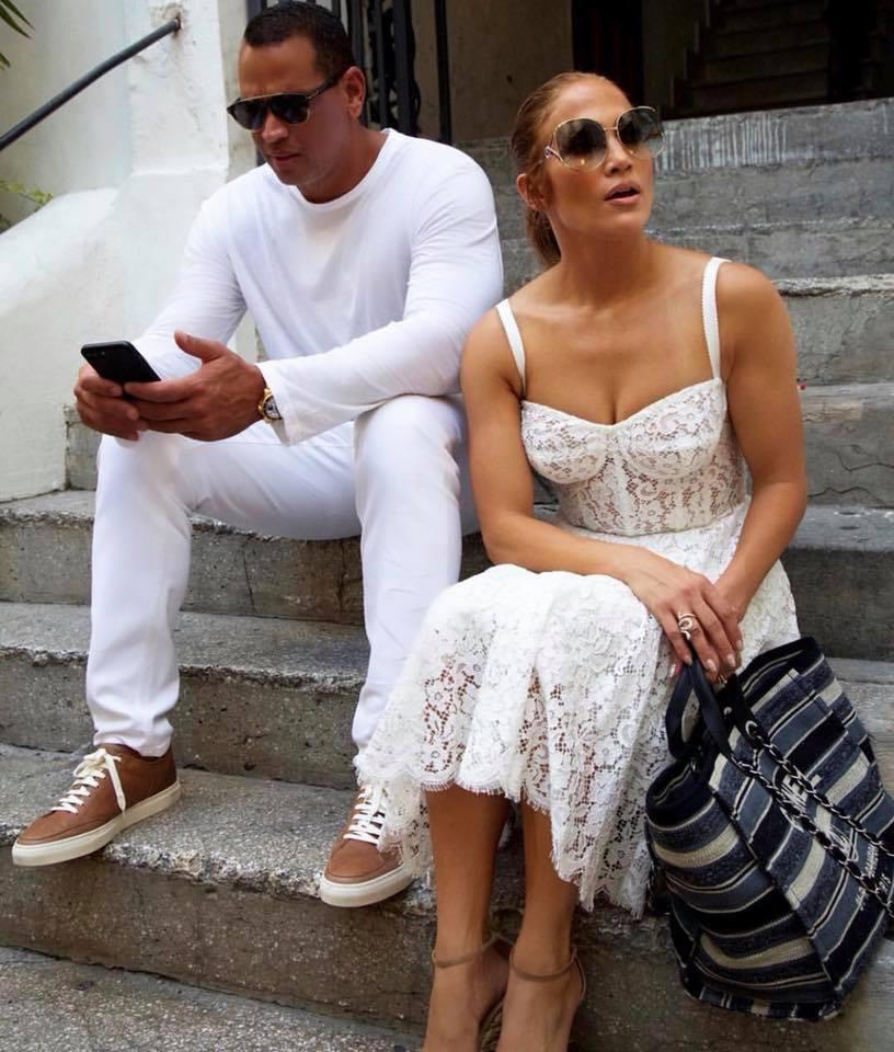 Jennifer Lopez jelenleg a csodás Capri szigetén nyaral szerelmével, Alex Rodriguezzel. A vakáció egyik napján ebbe a dögös, csipkés ruhába bújt.