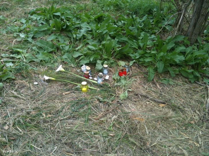 Gyertyák a gyilkosság helyszínén 2013-ban