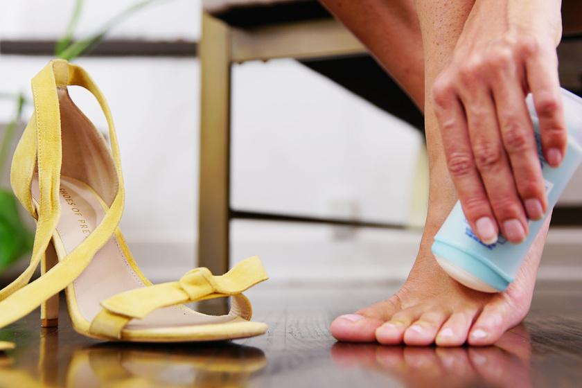 Ha bekened stiftes dezodorral a lábadat ott, ahol hozzáér a cipő pántja, megelőzheted, hogy megizzadjon, és csúszkáljon az anyag, valamint azt is, hogy kidörzsölődjön a bőröd.