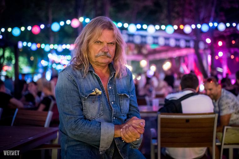 De persze a Sziget VIP-ben a legkönnyebb hírességeket látni, közülük a 65 éves Mándoki Lászlóval (vagy Leslie Mandokival) kezdjük, aki fantasztikusan menő pózokban hagyta, hogy fényképezzék a fotósok