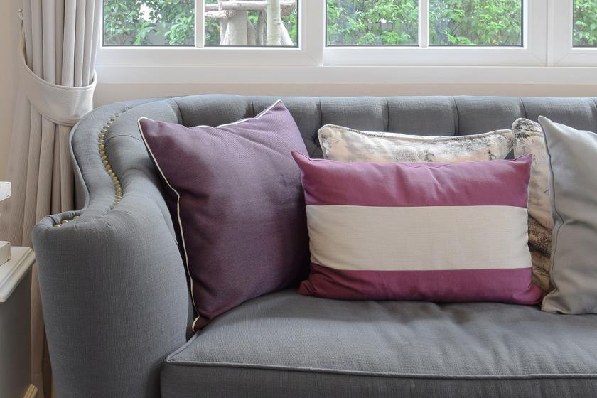 Az olyan párnázott bútorok, melyek közvetlenül érintkeznek a testtel - a kanapék, matracok, fotelek -, melegágyai a baktériumoknak. Ha használtan veszed őket, a szövet szinte biztos, hogy temérdek testnedvet, port és elhalt bőrt magába szívott. És ki tudja, mi mindent látott még ezen kívül az a bútor az élete során. Ha nem vigyázol, az ágyi poloskákat is betelepítheted így a lakásodba. Ráadásul, mivel ezeket a nagy bútorokat nehéz tisztítani, sosem lehetsz benne teljesen biztos, hogy tökéletesen makulátlanok.