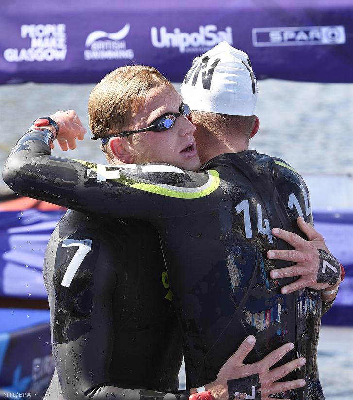 Az ezüstérmes Rasovszky Kristóf (j) és az aranyérmes holland Ferry Weertman a férfi nyíltvízi úszók 10 kilométeres versenyének végén a glasgow-i úszó Európa-bajnokságon a Glasgow-tól mintegy 40 kilométerre, északkeletre fekvő Ballochnál 2018. augusztus 9-én.