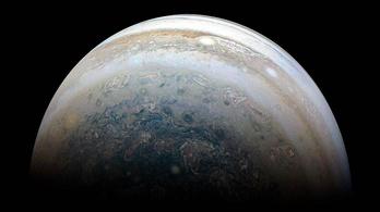 Megfejtették a Jupiter színes gyűrűinek titkát