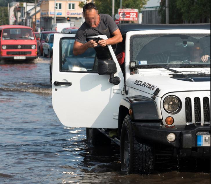 Vízzel elöntött utca a vihar után