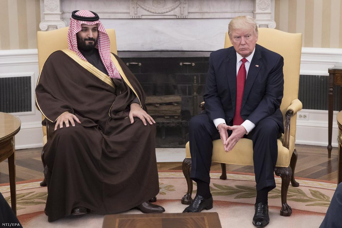 Mohamed bin Szalmán szaúd-arábiai helyettes trónörökös védelmi minisztert (b) fogadja Donald Trump amerikai elnök a washingtoni Fehér Ház Ovális Irodájában 2017. március 14-én.