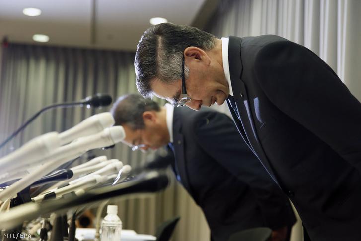 Szuzuki Tosihiro, a Suzuki elnöke (jobbra) meghajol a cég szabálytalan gyári tesztelései kapcsán tartott sajtótájékoztatón Tokióban