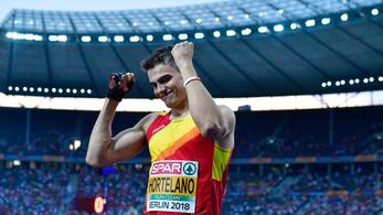 Elsőről negyedik helyre visszaeső sportolót ilyen boldognak nem láttunk még