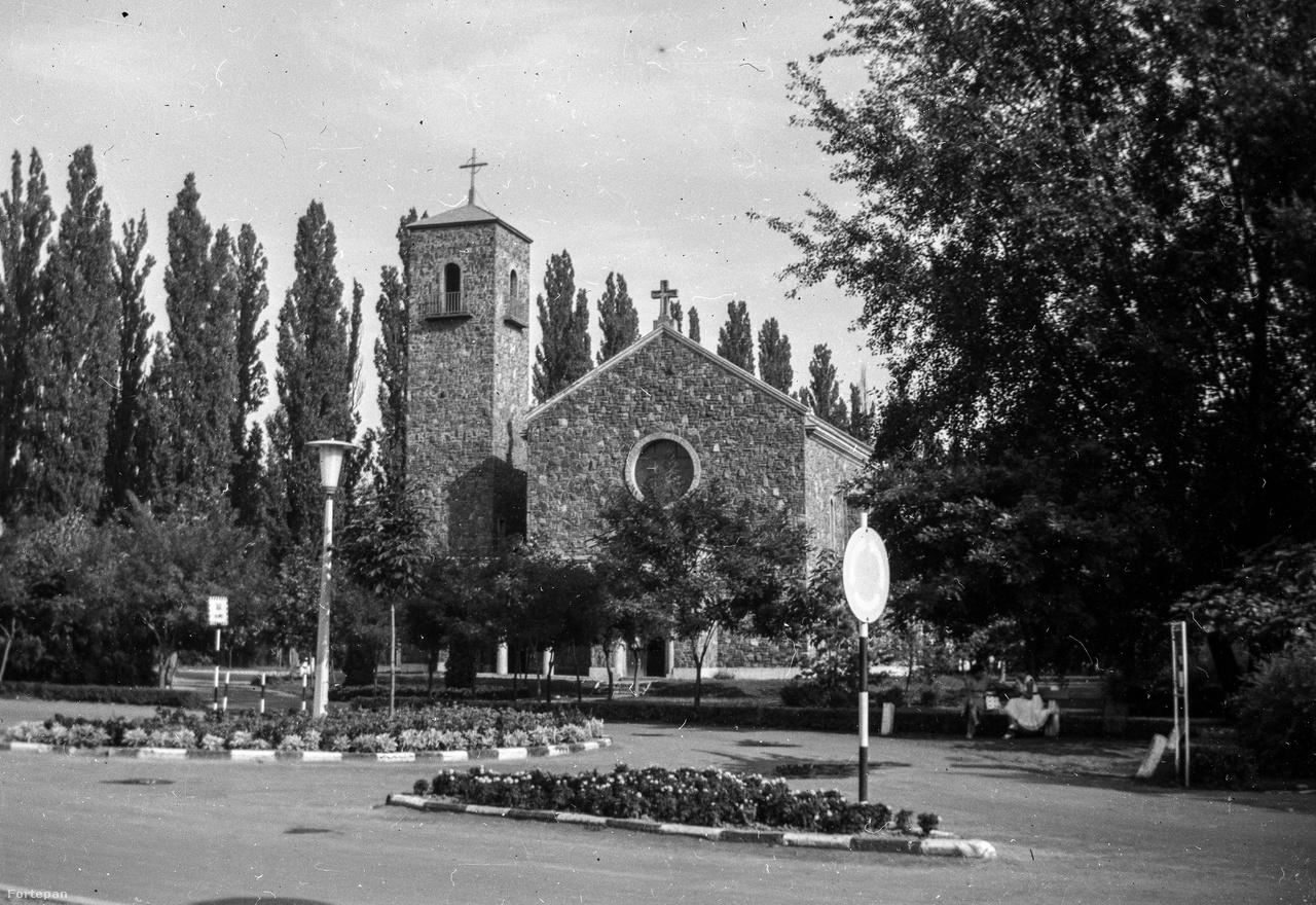 Balatonföldvár, a római katolikus templom a vasút mellett