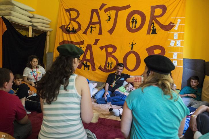 Csoportos foglalkozás a hatvani Bátor Táborban 2016. június 21-én. A krónikus beteg gyermekek ingyenes élményterápiás táboroztatásával foglalkozó táborban 15 éve adnak erõt a gyógyuláshoz az élethez és nyújtanak élményeket a súlyosan beteg gyerekeknek és családjuknak. Idén nyáron várják a nyolcezredik táborozót.