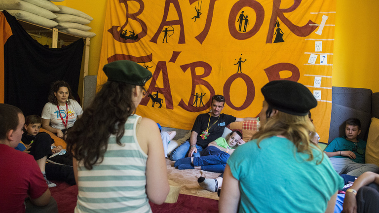 Listázott civilek: egy lapon a zsonglőrlobbi és a beteg gyerekek