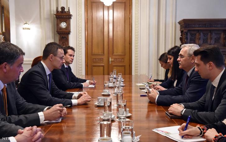 A Külgazdasági és Külügyminisztérium (KKM) által közreadott képen Szijjártó Péter külgazdasági és külügyminiszter (b2) megbeszélést folytat Liviu Dragnea román képviselőházi elnökkel (j2) Bukarestben 2018. február 5-én.
