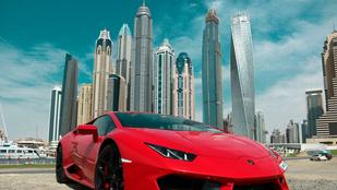 Sportautót bérelt Dubajban, 12 millió forintnyi bírságot száguldozott össze