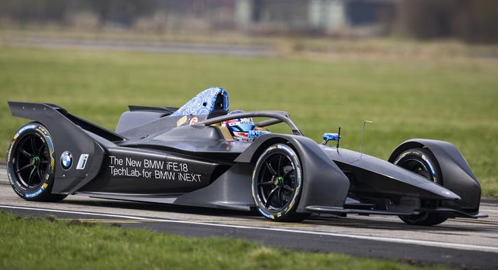 A decemberben induló új Formula-E szezonra sokat változnak az autók, az eddig kicsit béna, visszafogott stílus után jönnek a karakteresebb idomok. A BMW FE-autója például ilyen lesz