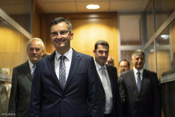 Marjan Sarec Kamnik polgármestere a Marjan Sarec Listája (LMS) baloldali párt vezetője pártjának kamniki székházába érkezik a szlovén előrehozott parlamenti választásokon estéjén 2018. június 3-án.