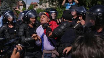 Eldurvult a hazatért vendégmunkások tüntetése Bukarestben