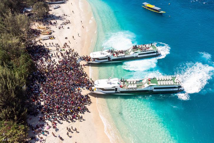 Mentőhajókra várnak a szigetet elhagyni készülő helyiek.