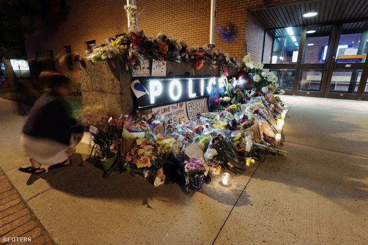 Virágok és mécsesek a frederictoni rendőrség épülete előtt.