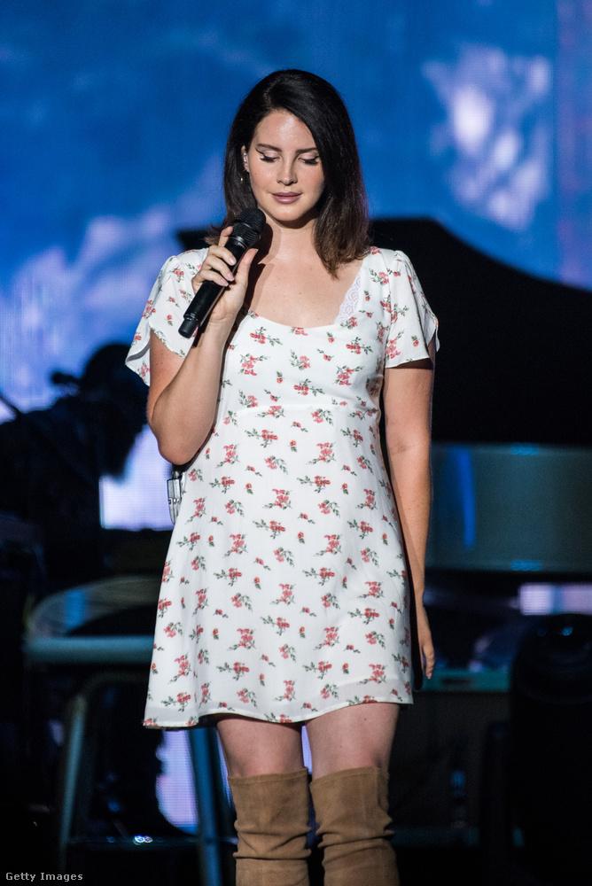 Lana del Rey fellépőszettje pontosan jól kifejezte azt a bizarr kombinációt, amitől az énekesnő színpadi énje annyira mágnesként vonzza az ilyesmire fogékonyakat: fodros-fehér ruhácskája kifejezetten romantikus és kislányos, csakúgy, mint Lana del Rey angyali énekhangja és andalító dallamai, de közben van rajta egy elég lotyós combcsizma, hiszen a dalai témái kegyetlenül durvák vagy szomorúak tudnak lenni