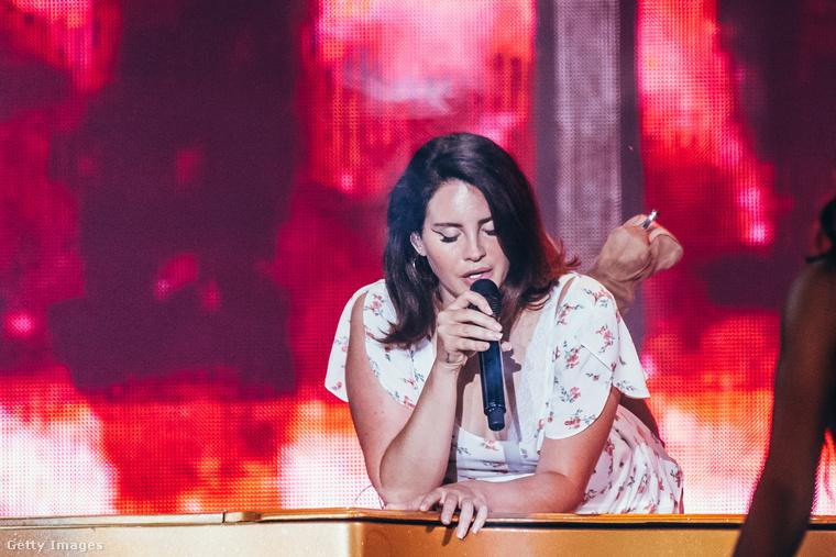 ...de nem Lana del Reynél, aki felhasal a zongorára, és baromi szexin és érzékien olyan búsakat énekel, hogy az embernek a könnye kicsordul.