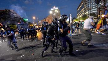 400-nál is több tüntető, 35 csendőr sérült meg az eldurvult román tüntetéseken